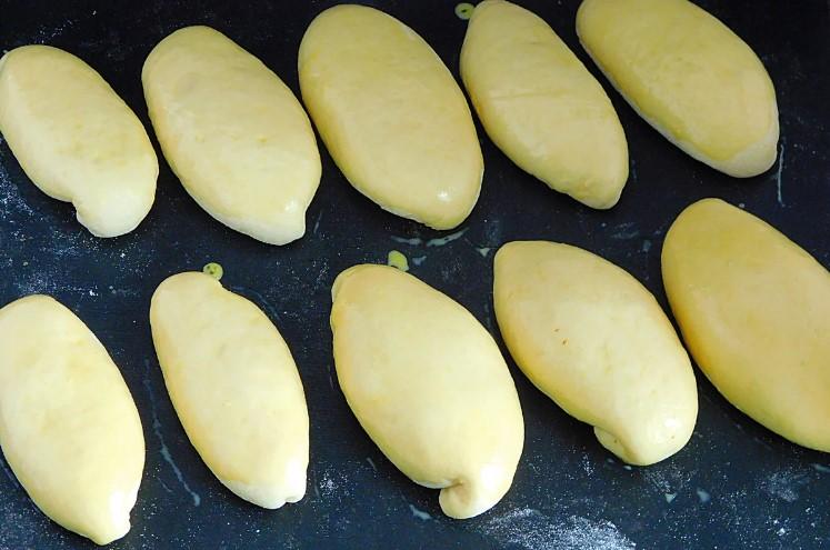 Солодкі пиріжки з яблучним повидлом в духовці. М'які, повітряні і дуже довго не черствіють.