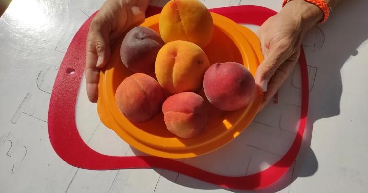 """Солодкі персики на ринку вибираю за принципом """"хлопчик-дівчинка"""". Показую відмінності"""