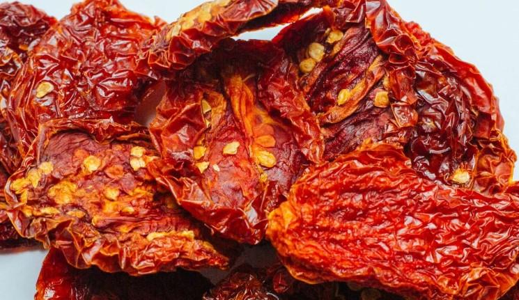 5 способів, як і де використовувати перезрілі і тріснуті помідори. Що з ними краще зробити
